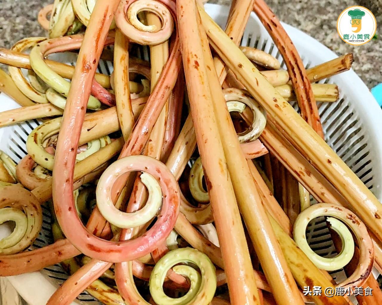 春天碰到蕨菜赶紧吃,随便一摘一大把,比香椿脆嫩,炒腊肉超香 美食做法 第6张