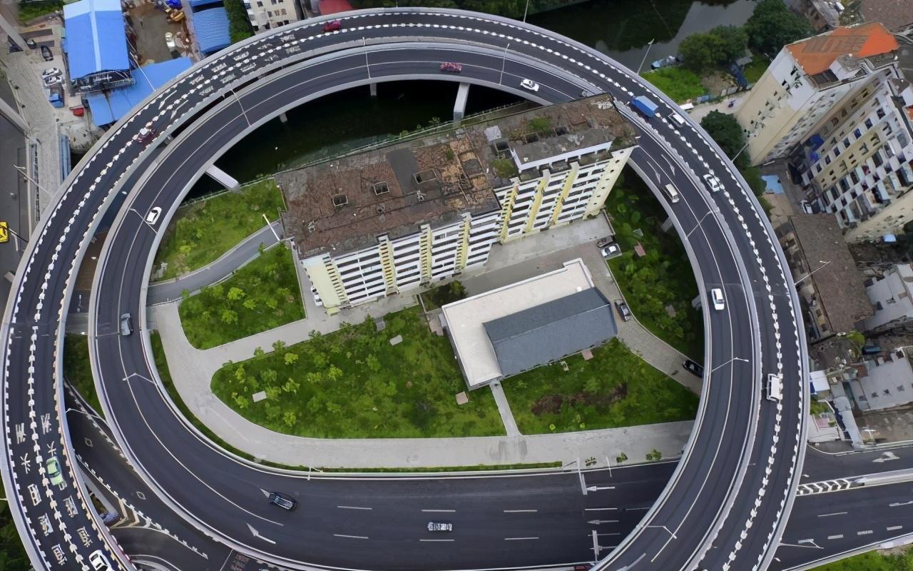 廣州兩個釘子戶,索要巨額補償款拒拆遷,后被立交橋包圍成網紅景點