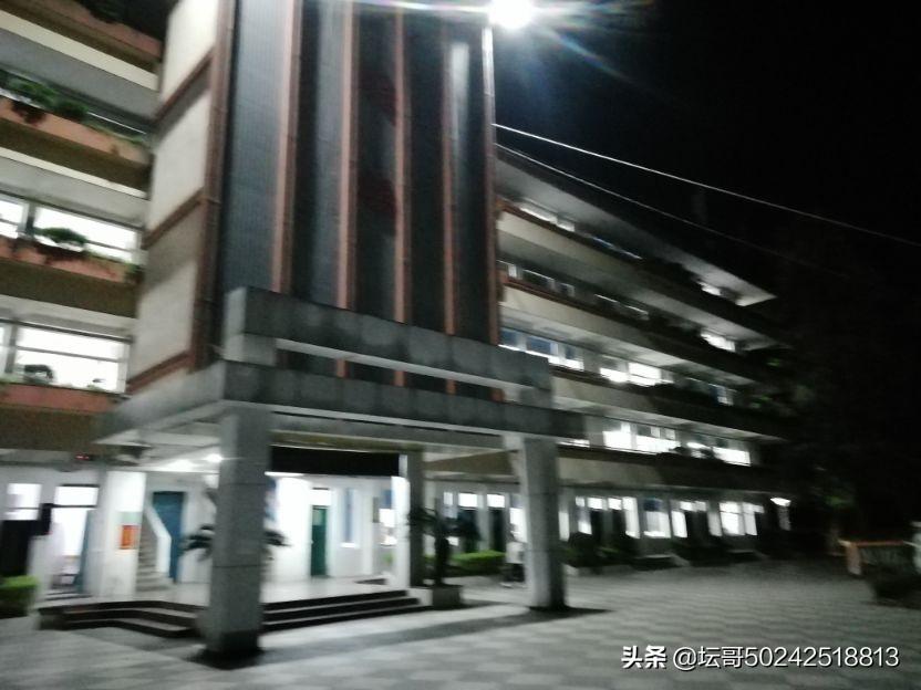 夜色下福安第二中学灯光闪烁着光明,教学楼灯火通明,一望就感概