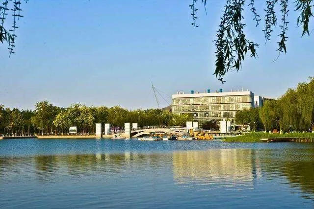 河北的一个县,由沧州市下辖,为我国园林城市,距北京260公里