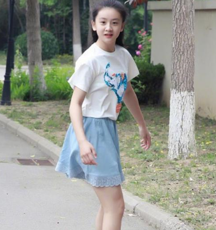 """有种""""发育过猛""""叫田亮女儿,12岁大长腿吸睛,网友:我酸了"""