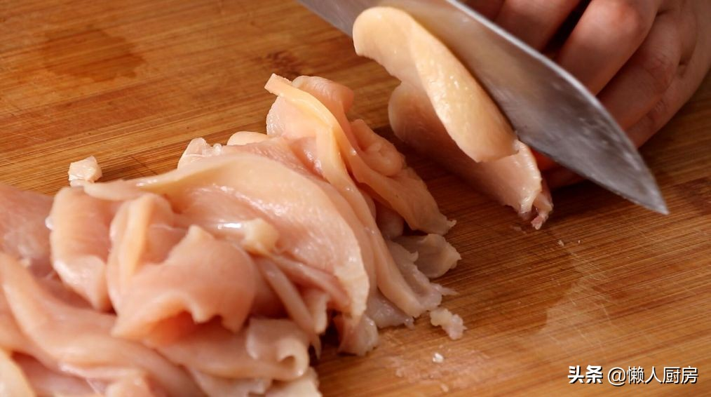 很多人說雞胸肉吃著柴,那是你不會做,配上胡蘿蔔,做成雞肉餅