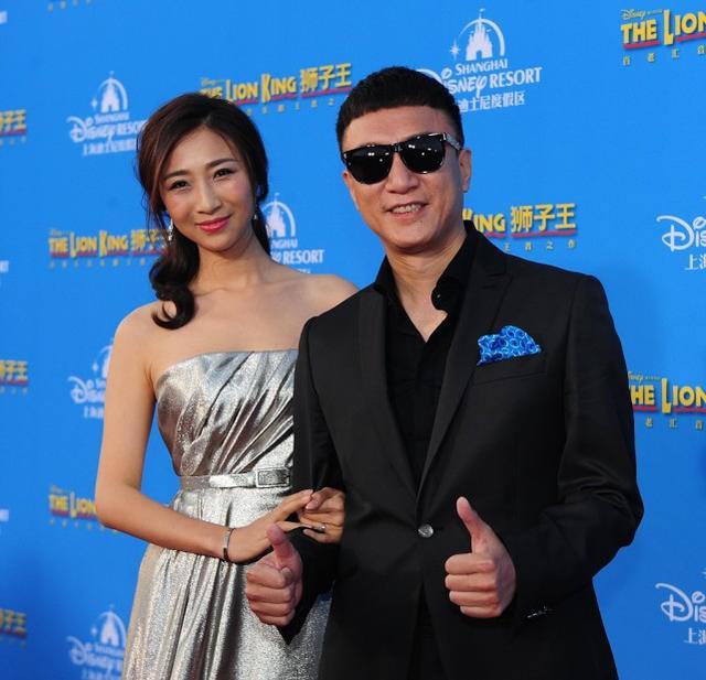 孙红雷牵着老婆走红毯,黑超西装一脸幸福,王骏迪穿长裙好有气质