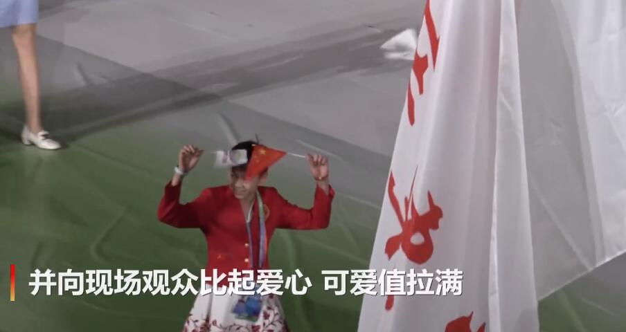 现场比心!全红婵亮相开幕式又成焦点,可爱值拉满人气直追朱婷