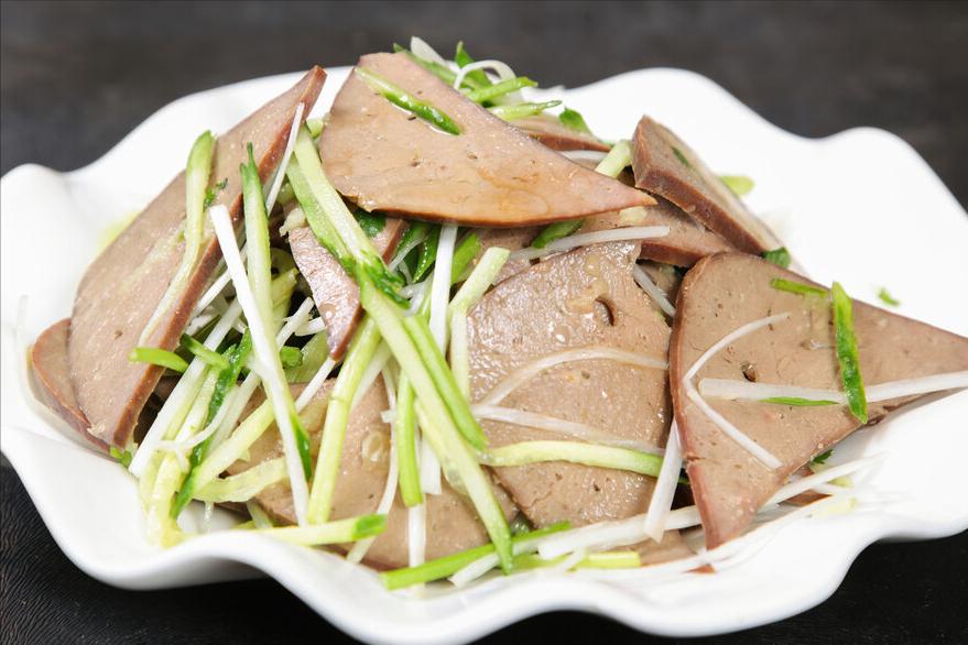 卤猪肝时,不要直接下锅,记住1个小窍门,鲜嫩好吃没腥味