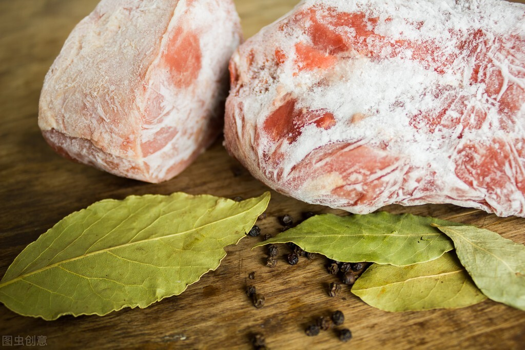 解凍肉很簡單,不要只會加清水浸泡,教你1技巧,吃起來不輸鮮肉