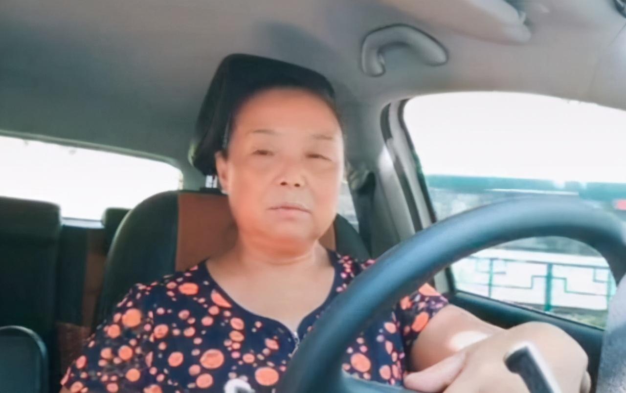 """""""我不能离婚能逃出去""""56岁阿姨自驾游火了,给中年女人上一课"""