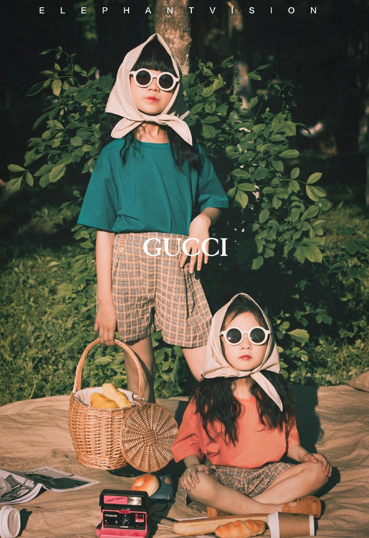 小山竹兒童節攜妹妹拍時尚大片,姐妹倆同框凹造型,又美又傲嬌