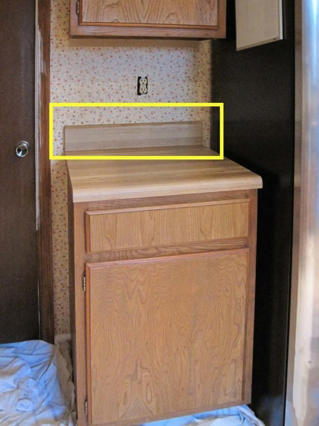 廚房檯面靠牆加20公分擋板,乾淨清爽好打理,比打玻璃膠好用