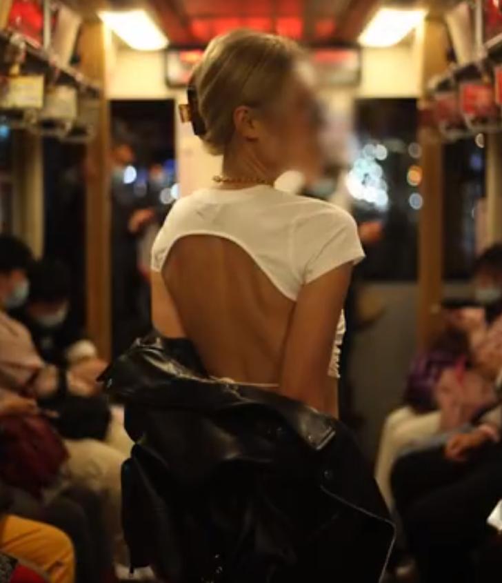海归女在列车上拍露背写真,乘客怒怼:穿着暴露影响车上孩子成长