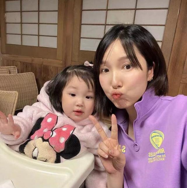李亞男曬大女兒第一天上幼兒園,2歲天韻自己背書包,獨立又乖巧
