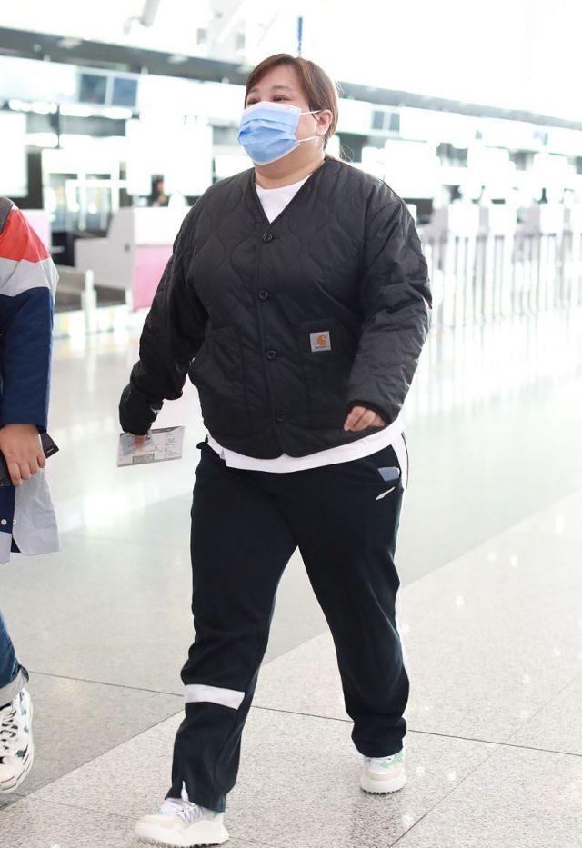 38岁贾玲不能再胖了!羽绒夹克暴露身材短板,网友建议控制体重