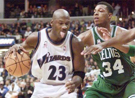 瘦死駱駝比馬大!23歲Pierce惹怒38歲喬丹,隨後籃球之神狂砍32分!