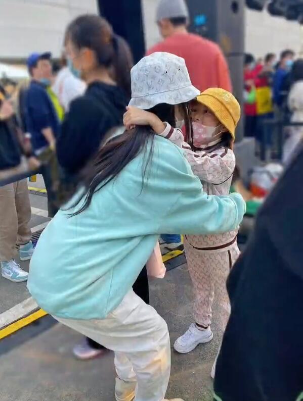 李小璐2020年终笔记,晒父母和女儿,秀闺蜜,只字不提贾乃亮