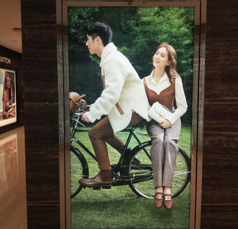 刘诗诗穿皮吊带大秀天鹅颈,坐刘昊然自行车笑容甜美,像拍偶像剧