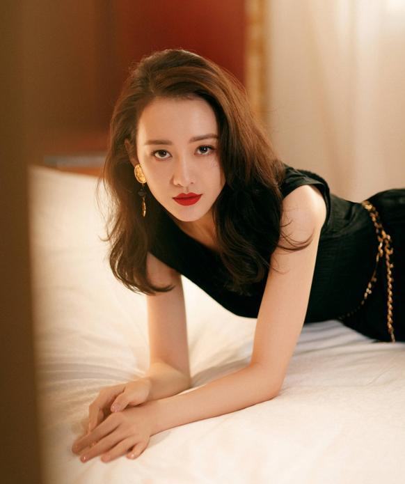 王鸥美出自己的味道,垫肩装配开叉裙又美又飒,大女人魅力挡不住