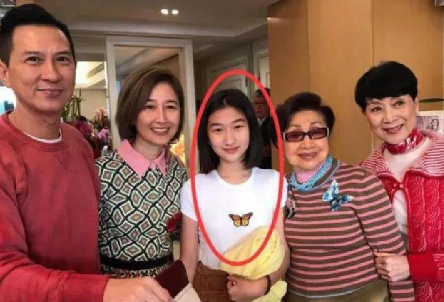 """有种""""神颜""""叫张家辉的女儿,本以为长得会很丑,没想到"""