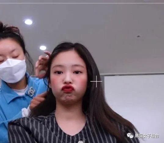 这位女团爱豆接受化妆时的可爱表情