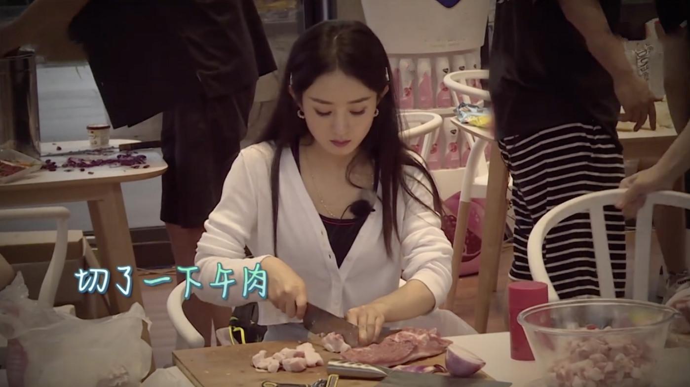 想不到的热搜?赵丽颖切肉切到手抖,刘宇宁才逗用刮胡刀剃猪毛
