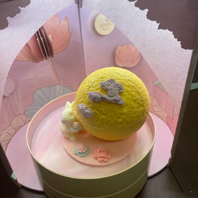 郭富城中秋节与妻女豪宅天台赏月,方媛和俩女儿穿旗袍太美了