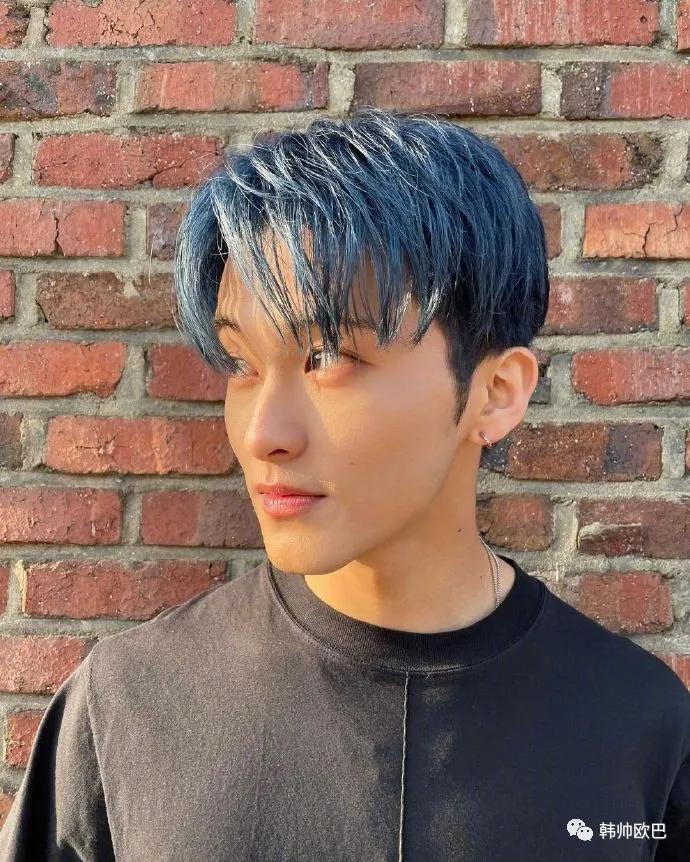 这位男团爱豆的蓝发太可了!侧脸好好看