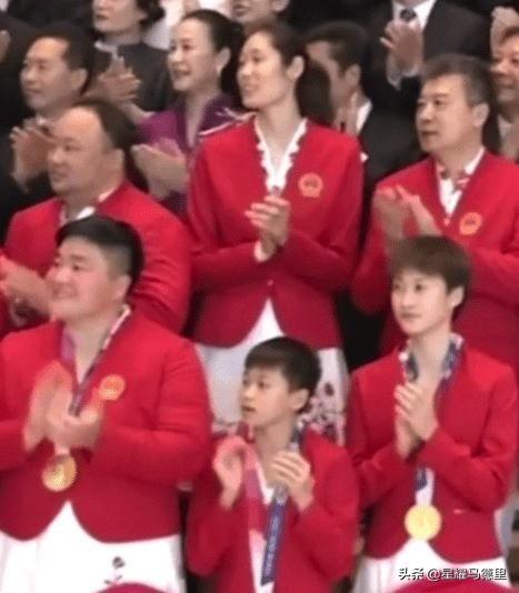 2奥运冠军萌化了!14岁全红婵脸颊靠着巩立姣手臂,神还原表情包