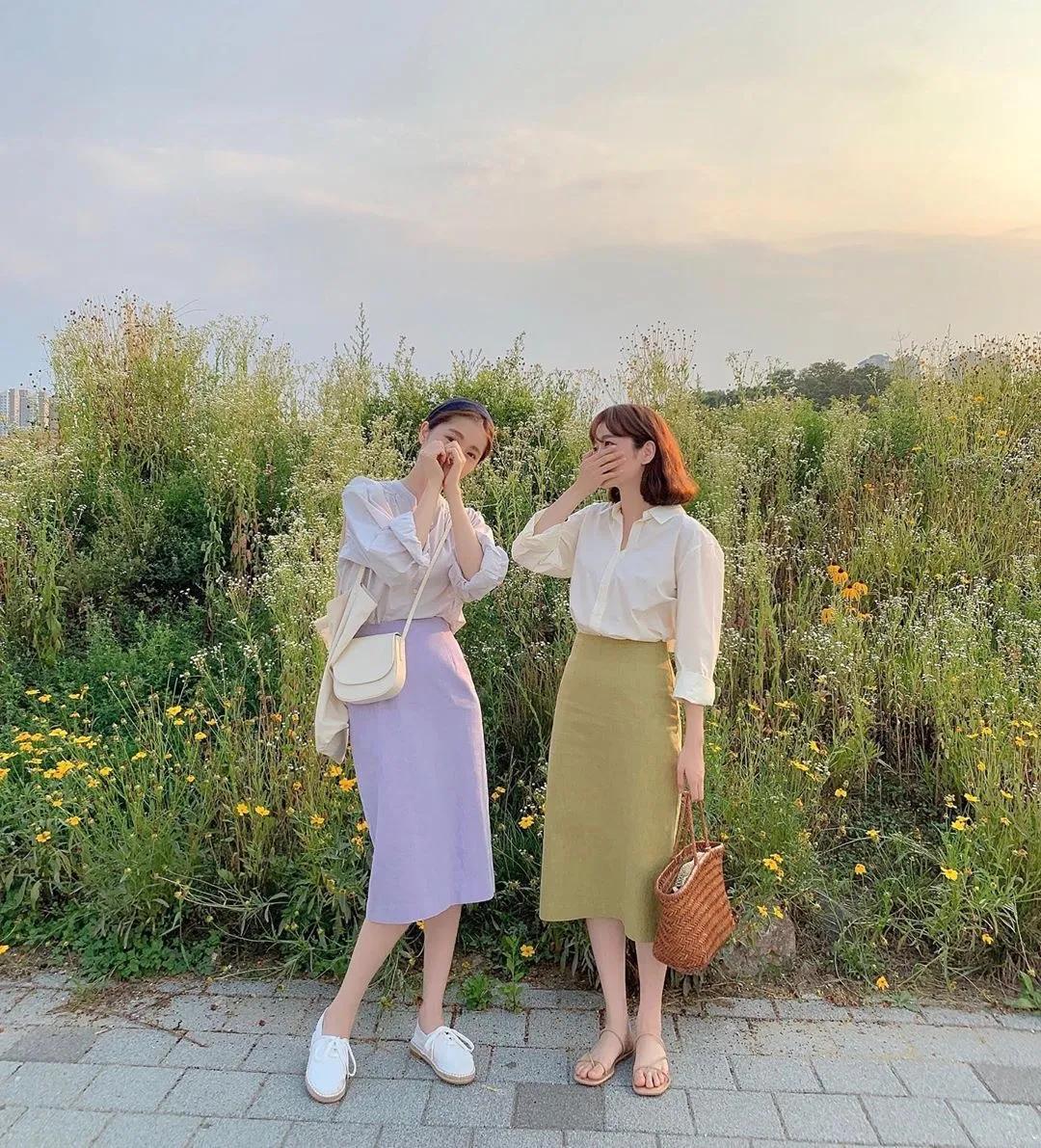 她俩也学倪妮刘诗诗了?真闺蜜还是塑料花?拍个照就知道了...