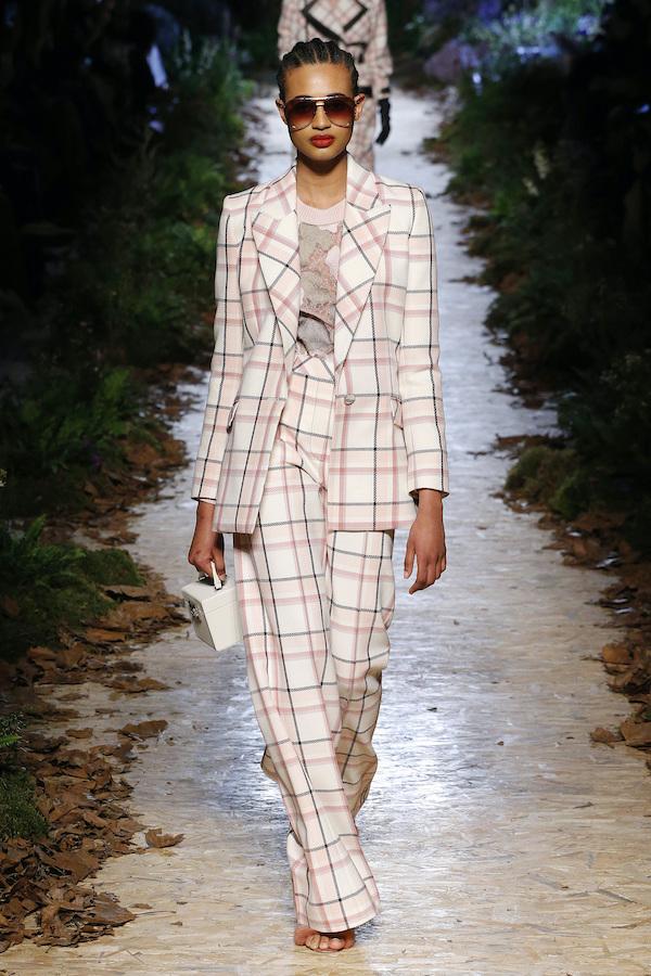 """2020巴黎时装周,秋冬时尚被""""格子""""占领,40岁女人学起来"""