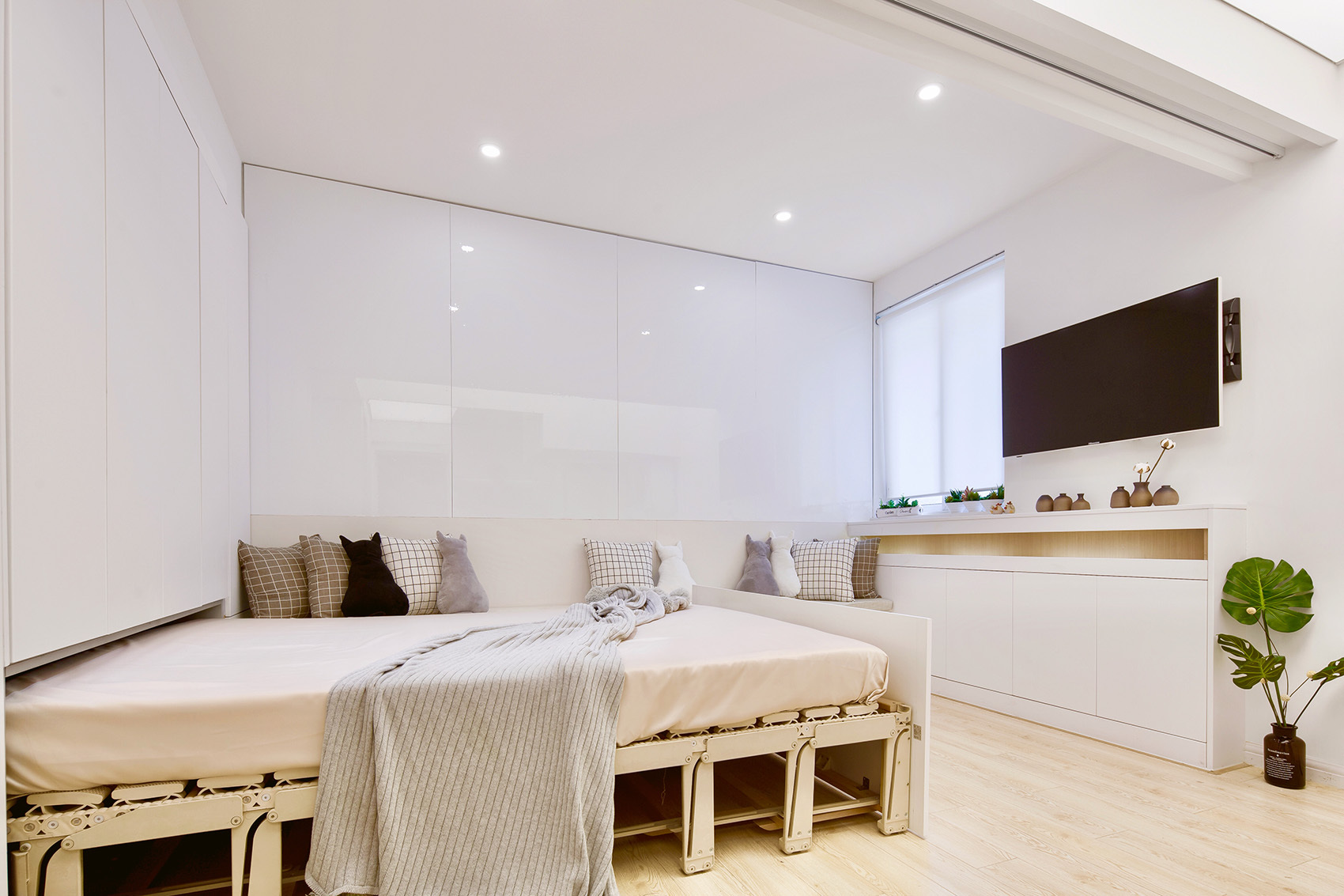 设计师在客厅加一抽屉床,70平米的小户型房子装修成了三室一厅