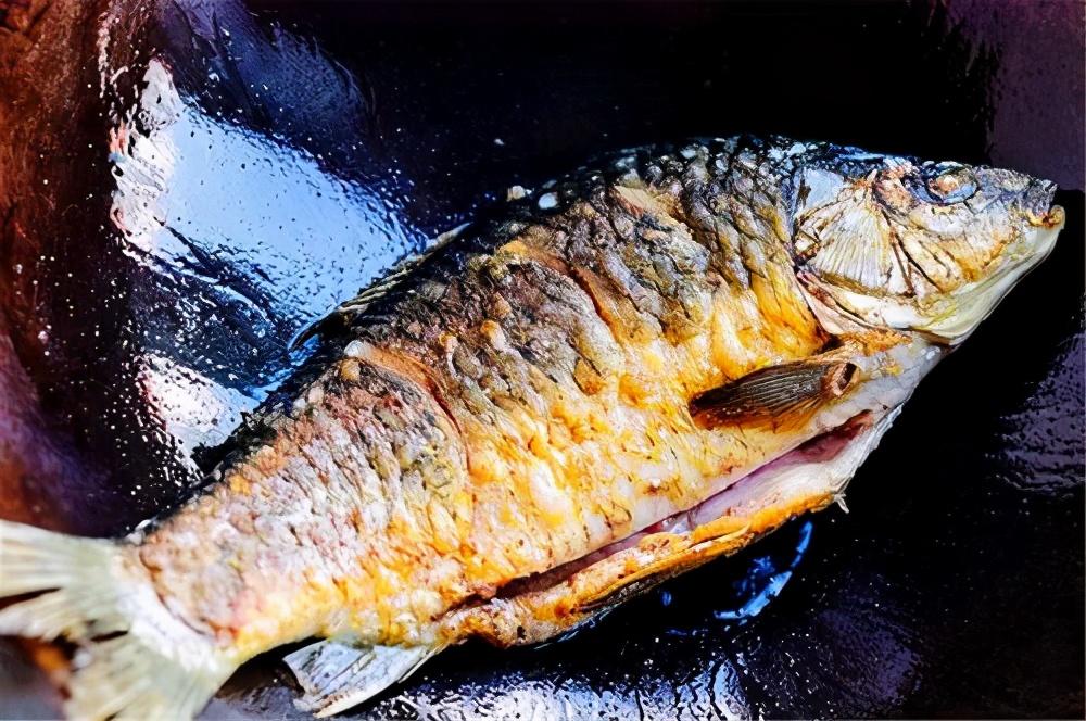 做炖鱼,先下锅煎就错了,难怪破皮腥气又难吃,正确做法在这里 美食做法 第5张