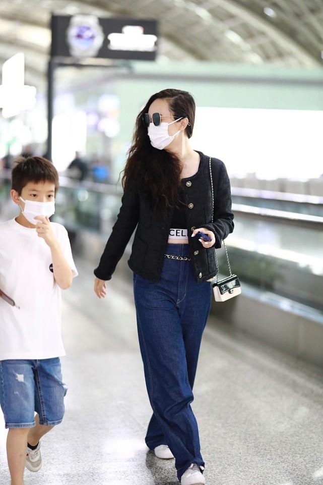 霍思燕带儿子出行,穿露脐装小秀性感,8岁嗯哼身高到妈妈肩膀