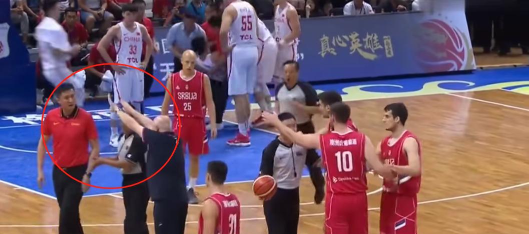 男篮小将被抬出场,杜锋上前查看伤情,被对方教练怒吼滚出去