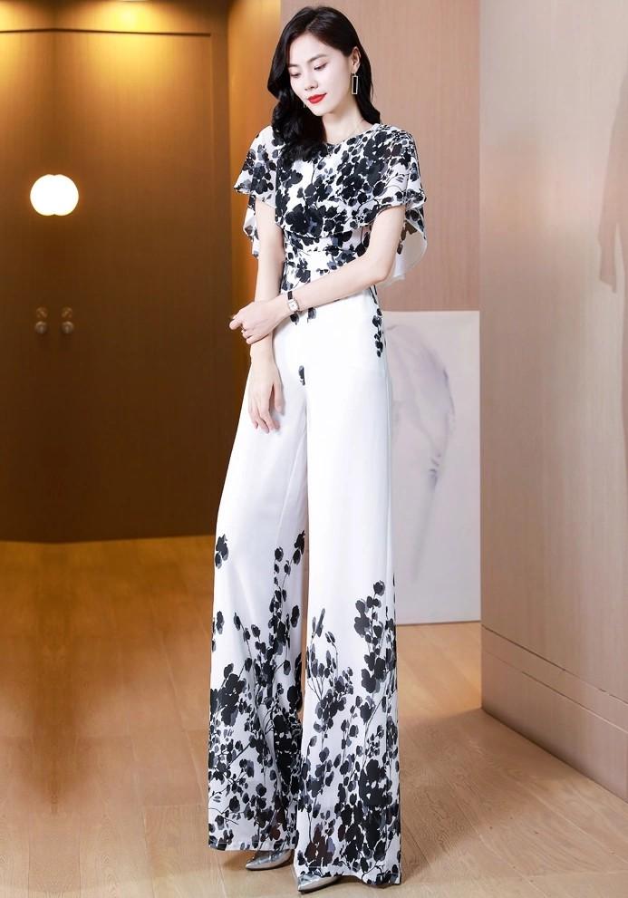 气质甜美的荷叶袖,时尚高腰的阔腿裤,简洁利落