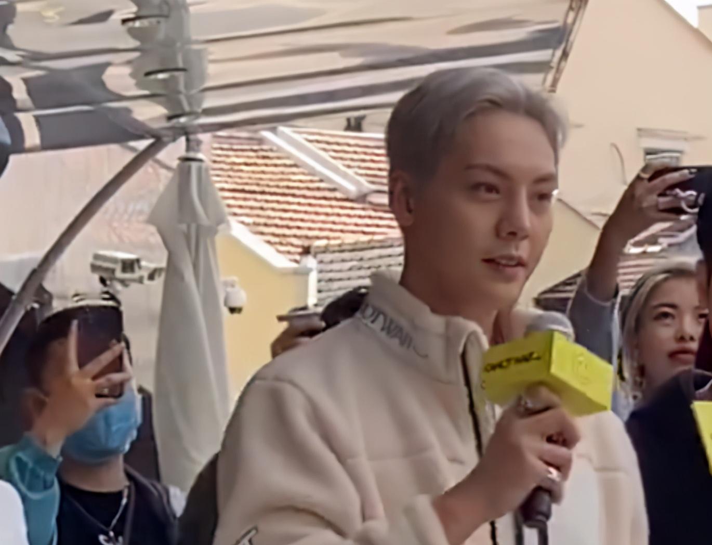 陈伟霆出席活动现场,新发色造型韩风十足,无精修颜值是认真的?