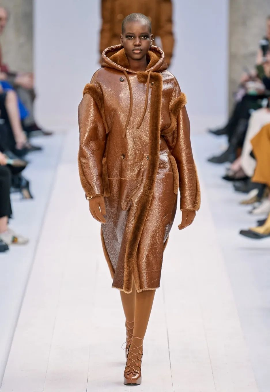 这个冬天比男友更酷的,是一件皮大衣