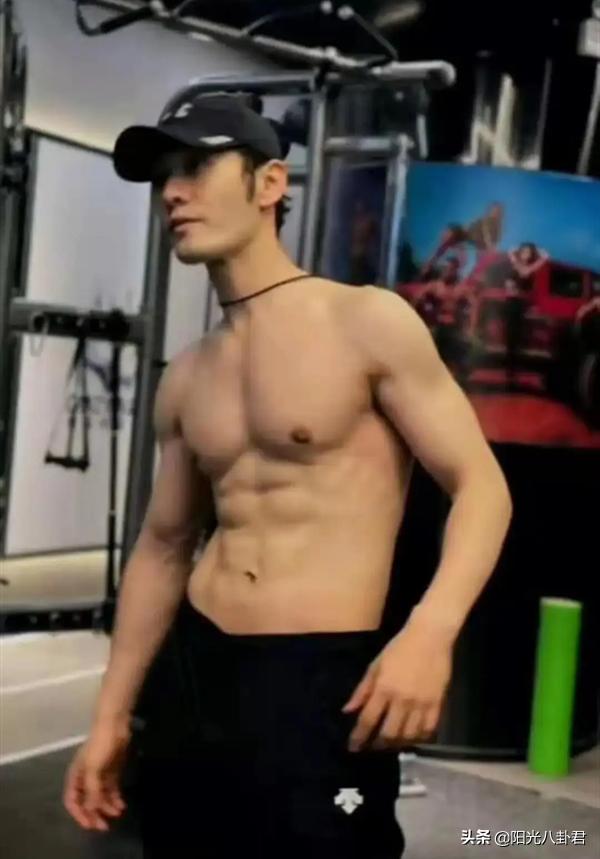吳尊與同學合影像差一輩,黃曉明運動瘦身去油,中年男明星回春了