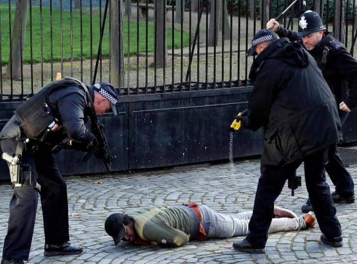 """警察跪压锁喉不过瘾,疯狂电击黑人,又一""""佛罗伊德""""?"""