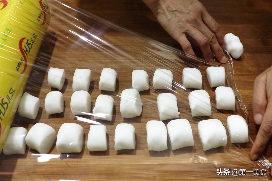 水晶虾饺家常做法,做饺子皮不用擀面杖,只需一把菜刀,皮薄如纸 美食做法 第6张