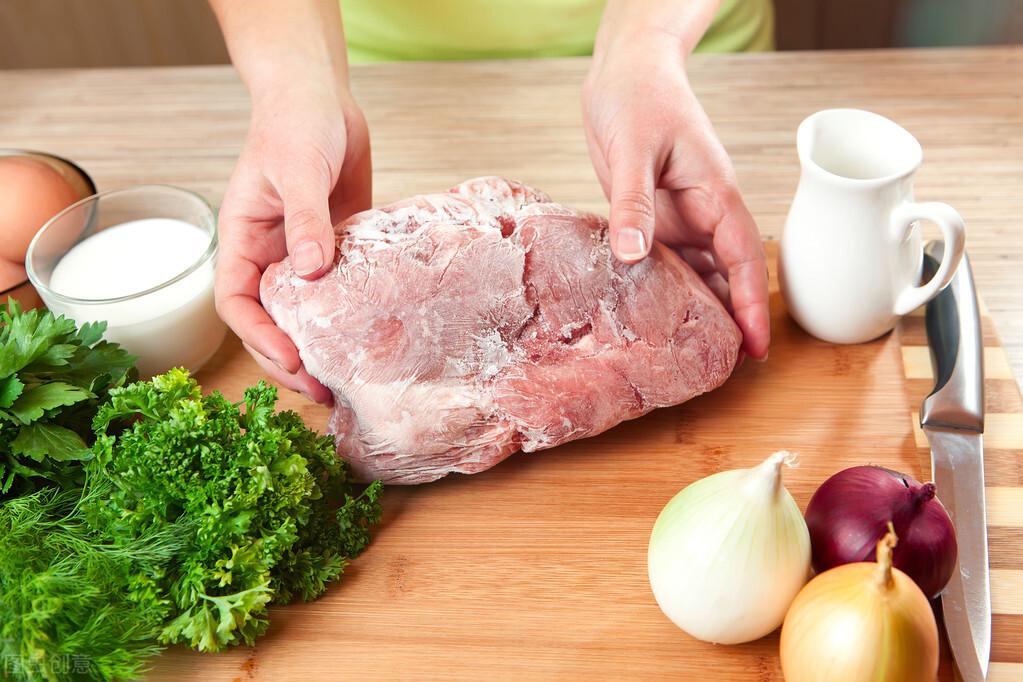 冰箱拿出来的冻肉,别只用清水泡,教你一招,分分钟解冻,很新鲜 美食做法 第2张