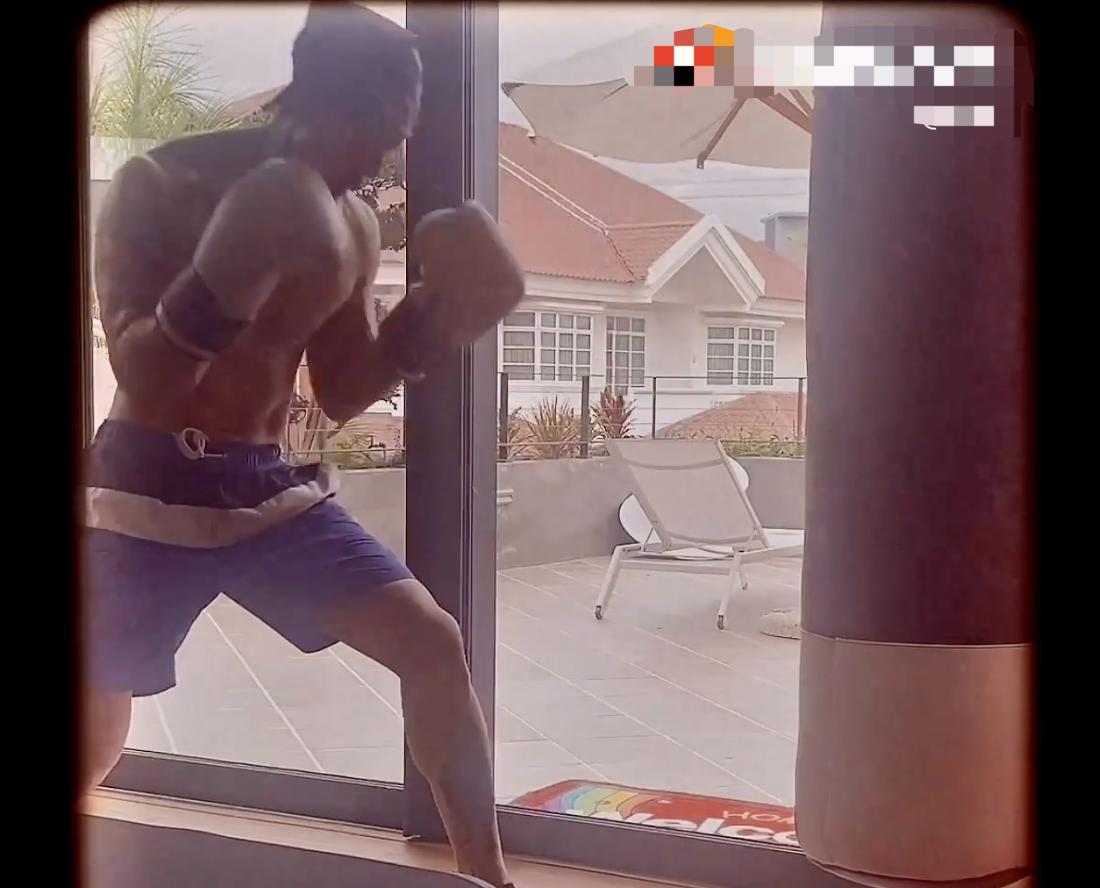 吴尊晒居家打拳视频,手臂肌肉发达线条好,八块腹肌十分抢镜