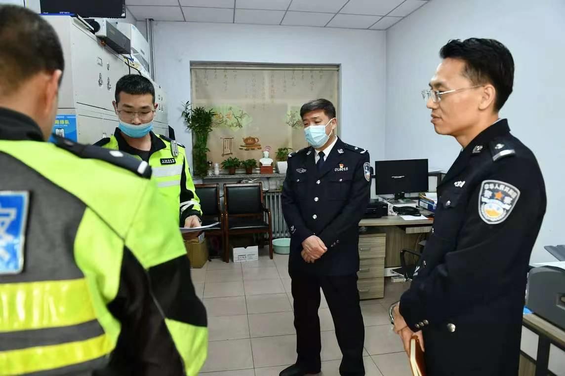 河北邯郸交巡警支队长李怀同志 突击检查交巡警队伍教育整顿工作