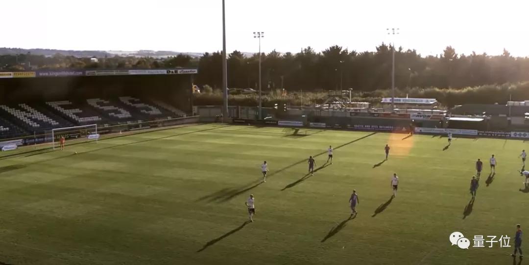 尴尬!直播球赛的AI自动追踪摄影机,把边裁的光头当成了足球