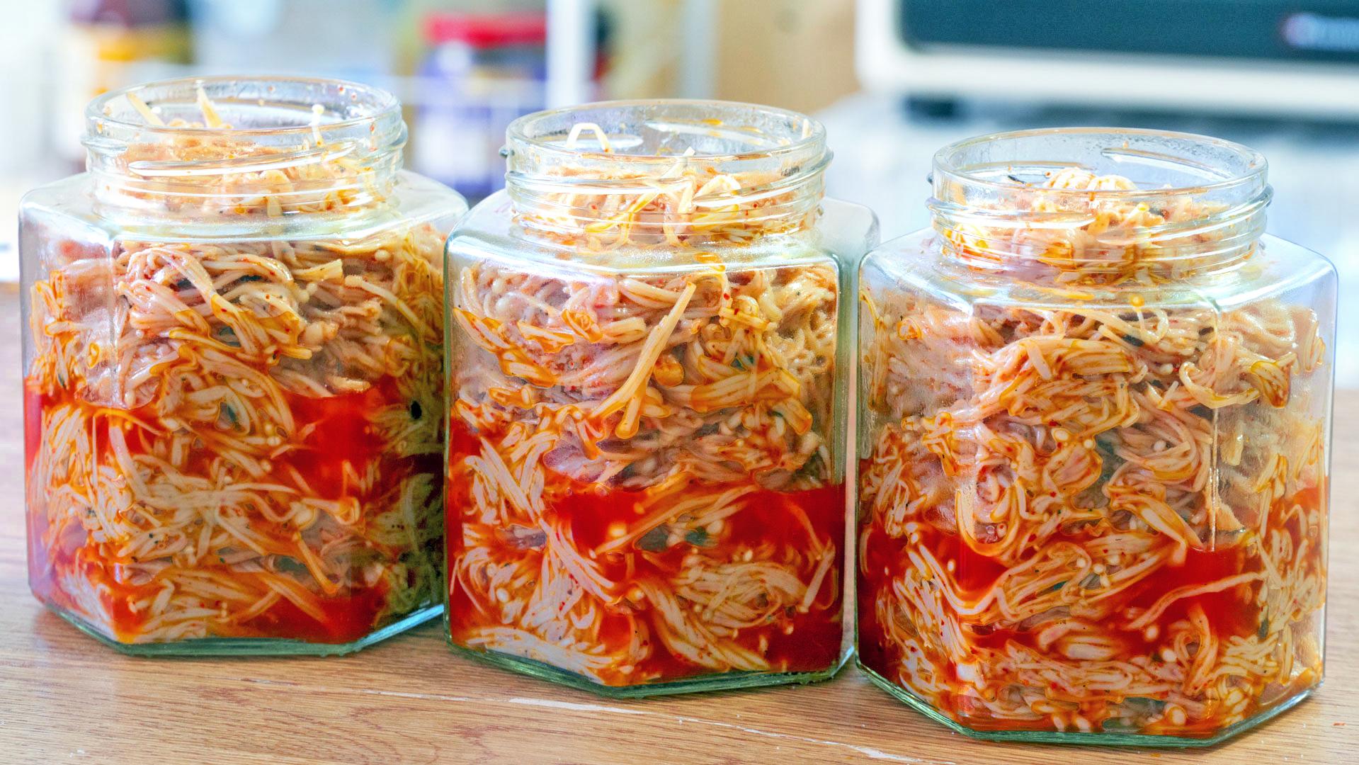 金针菇保存不要直接放冰箱,这样保存,放一个月照样好吃,真实用
