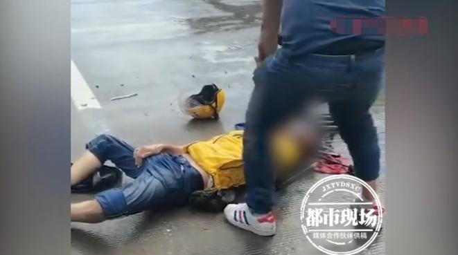 近日,广东广州的一名外卖小哥在垂钓时就被雷电劈中了晕倒在地,辛苦过路的好心人出手相救将其送到了医院。  外卖小哥垂钓遭遇暴雨,准备离开时被雷劈中,当即不省人事 目击者拍摄的视频显示,当时一名身穿外卖上