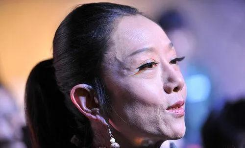 杨丽萍10年都没摘帽子,误以为是装饰,当摘下帽子后被吓到了吗