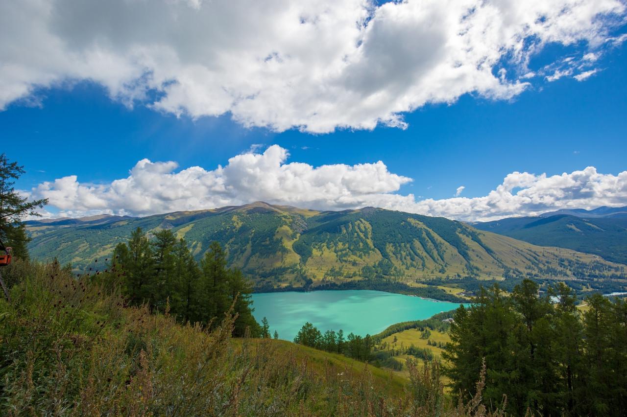 喀纳斯湖湖面海拔为1374米,列居中国淡水湖第三