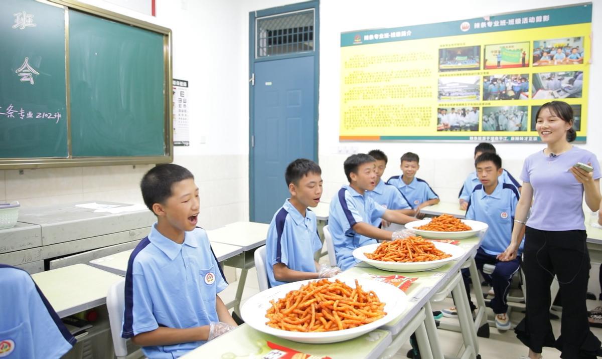 辣条专业班吃辣条选班干部,90后老师太会玩