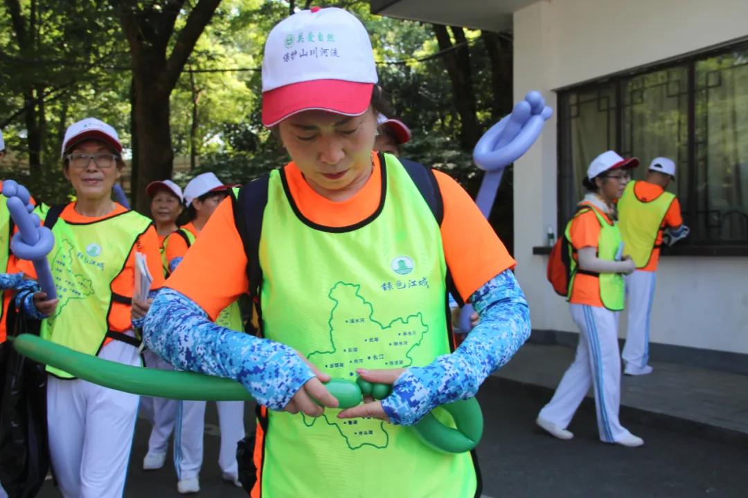 志愿者在气球上写下环保宣言
