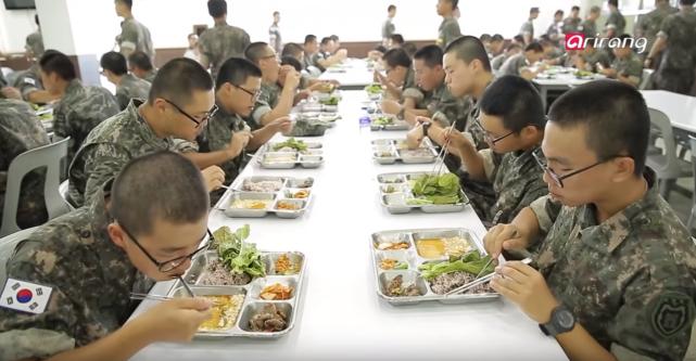 """""""连伙食都拼不过解放军!""""韩军新兵饭都吃不饱,难怪死活不入伍"""