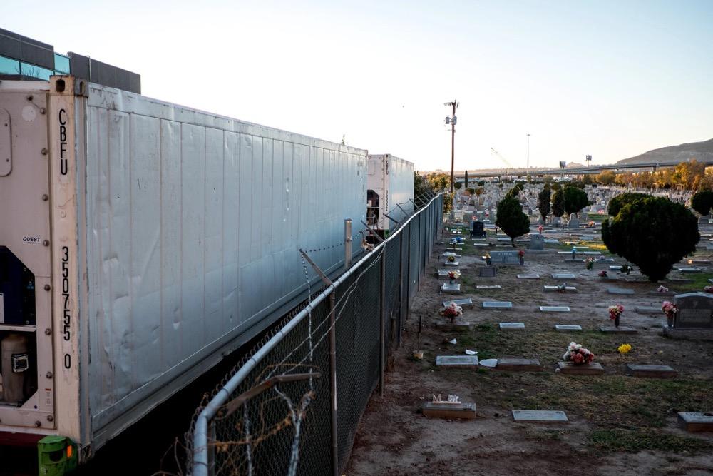 美国新冠末日!每天3000人死亡,冷冻卡车装满尸体停在路边…